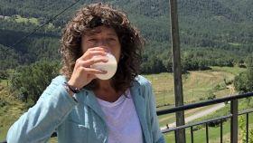 Teresa Jordá bebiendo un vaso de leche cruda.