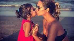 Tamara Gorro dándose un beso con su hija Shaila en una foto de sus redes sociales.