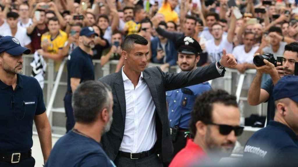 Cristiano Ronaldo tras su reconocimiento con la Juventus. Foto Twitter (@UEFAcom_it)