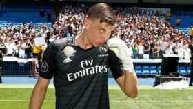 Lunin se besa el escudo dirante su presentación con el Real Madrid