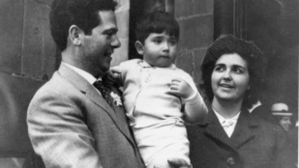 Miguel Ángel, de pequeño con sus padres: Ángel Martínez Saracho e Isabel Santamaría Bereincua.