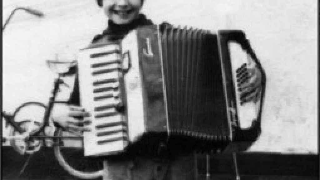 Miguel Ángel, de pequeño tocando un acordeón.