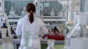 Una científica trabajando en un laboratorio.