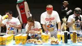Un concurso de comer perritos calientes en EEUU.