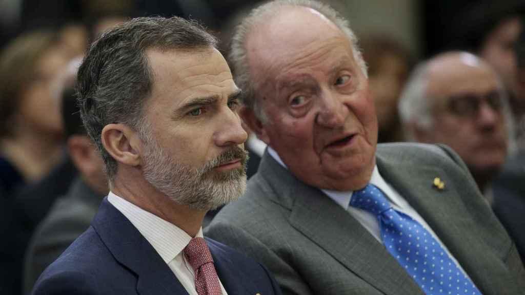Felipe VI y su padre, Juan Carlos I, hablan en acto oficial.