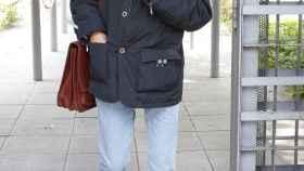 Julián Muñoz paseando con gafas de sol oscuras.