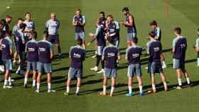 La plantilla del FC Barcelona dirigida por su entrenador, Ernesto Valverde