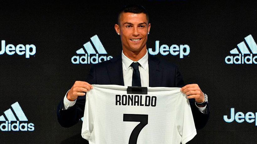 Cristiano Ronaldo posa con la camiseta de la Juventus