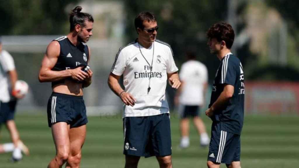 Bale, Lopetegui y Odriozola durante un entrenamiento.