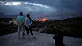 La población griega observa la destrucción de las llamas.