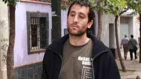 Txema, el feminista preso por violación, lleva una camiseta que pone feminismo en varios idiomas