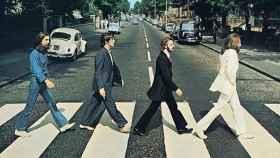 Los cuatro integrantes de The Beatles, cruzando el famoso paso de peatones de Abbey Road.