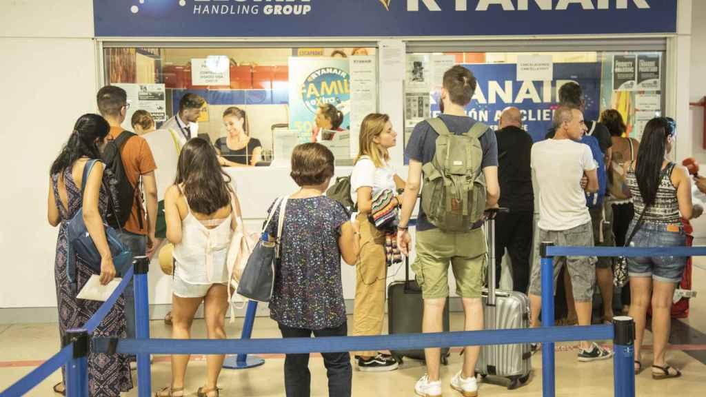 Usuarios de Ryanair protestan ante su mostrador.