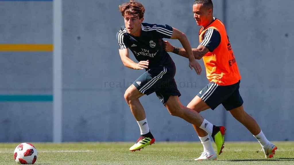 Raúl de Tomás agarra a Odriozola durante el entrenamiento del Real Madrid