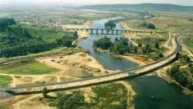 Panorámica de los puentes que cruzan el Guadiana cerca de Medellín, una de las zonas menos higiénicas para bañarse en España
