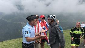 Froome se encara con el policía que le tiró al suelo mientras descendía el Col du Portet.