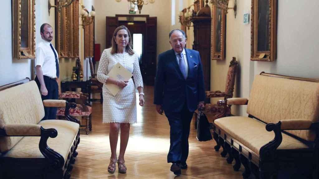 Félix Sanz Roldán camina junto a Ana Pastor, a su llegada a la Cámara Baja del Congreso.