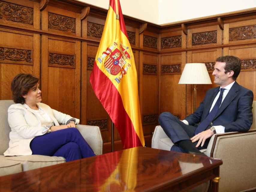 Pablo Casado con Soraya Sáenz de Saantamaría este miércoles en el Congreso.