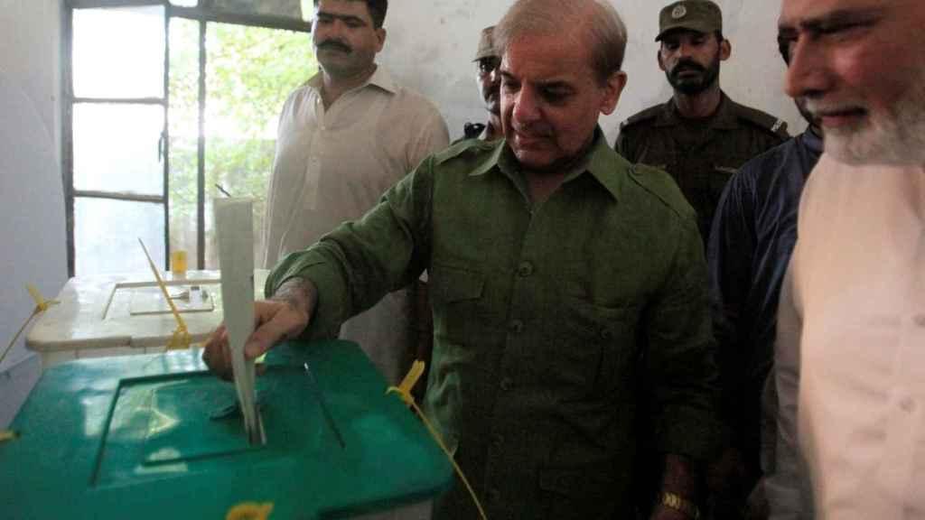 El ex primer ministro votando.