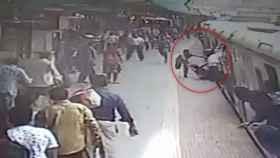 mujer arrastrada tren india