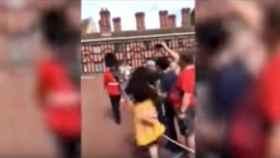 Tremendo empujón de un Guardia Real a una turista por cruzarse en su camino
