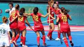 Las jugadoras de la selección española femenina de hockey hierba se abrazan tras marcar un gol