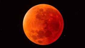 La Luna se torna rojiza cuando cruza la sombra de la Tierra durante los eclipses lunares.