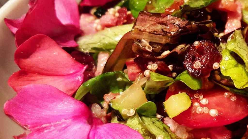 Un plato preparado con pétalos de flor.