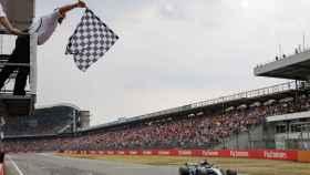 Hamilton tras pasar la bandera a cuadros en el Gran Premio de Hockenheim. Foto: EFE