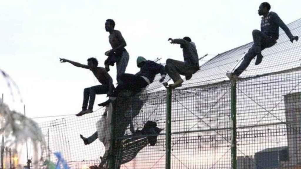 Un grupo de migrantes africanos saltando la valla en Ceuta.