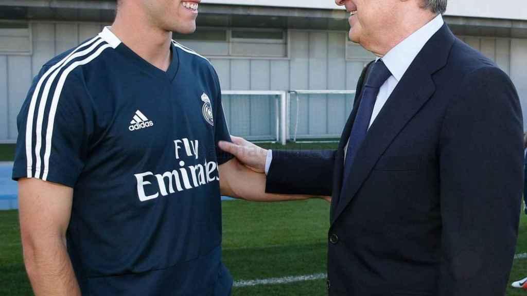 Florentino Pérez le da la mano a Odriozola en la Ciudad Real Madrid