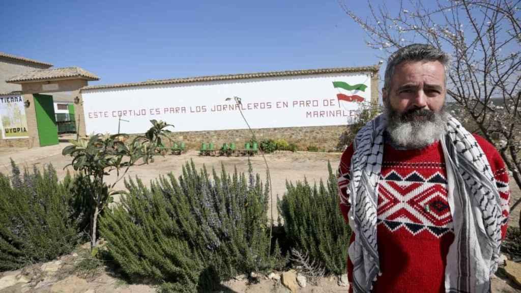 Juan Manuel Sánchez Gordillo en la entrada de la finca El Humoso, ubicado entre las localidades sevillanas de Écija y Marinaleda.