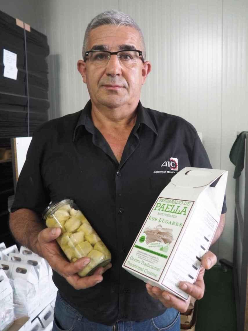 El empresario malagueño muestra algunos de los productos que se envasan en su empresa, radicada en Marinaleda (Sevilla).