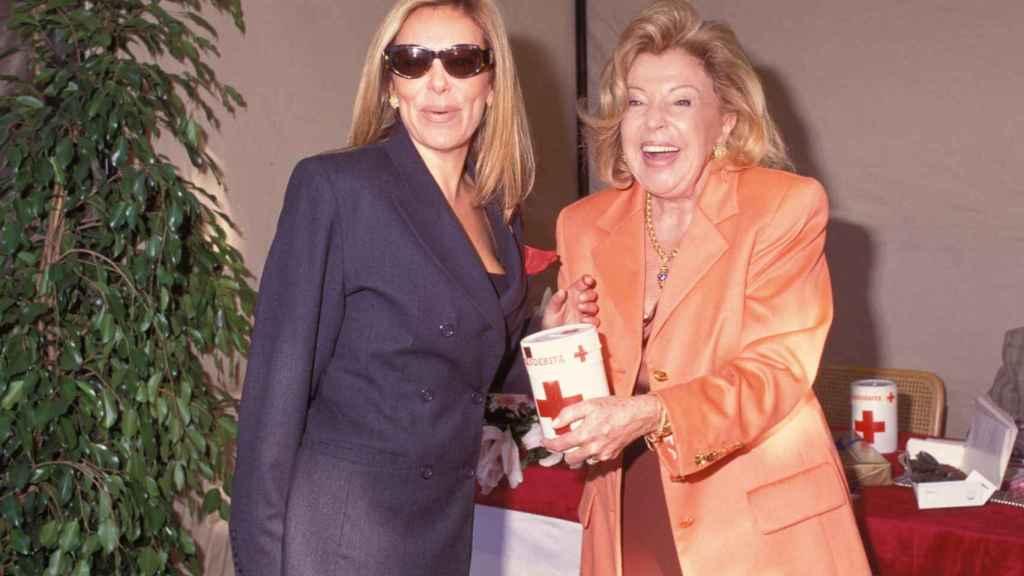 Ana Obregón y su madre con la hucha de la 'Cruz Roja'.