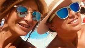 Gema López y su hermana Sara, en Mallorca.