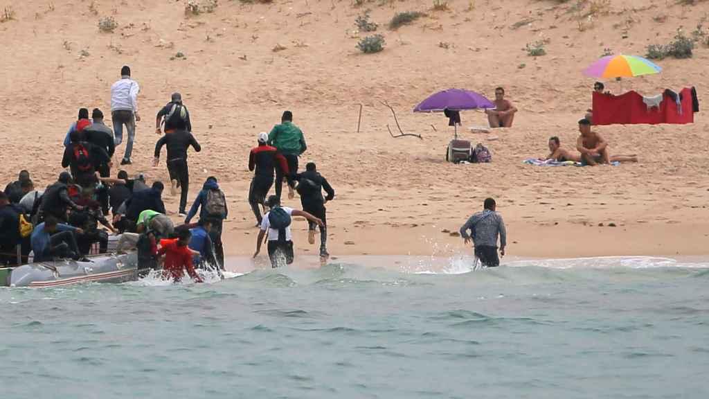 Un grupo de inmigrantes desembarca en la playa del Cañuelo, en Tarifa.