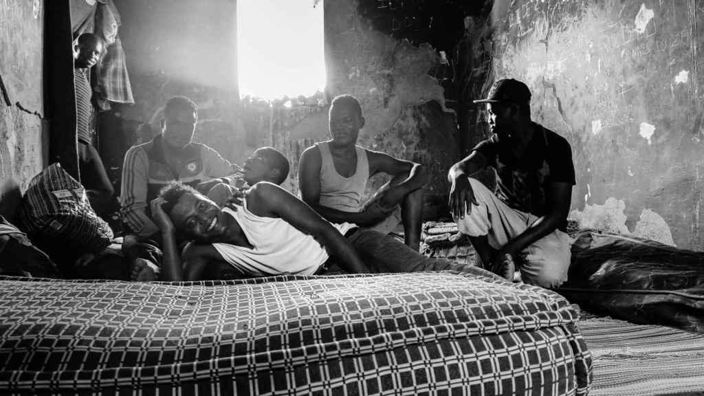 Migrantes subsaharianos en un piso patera de Misnana.