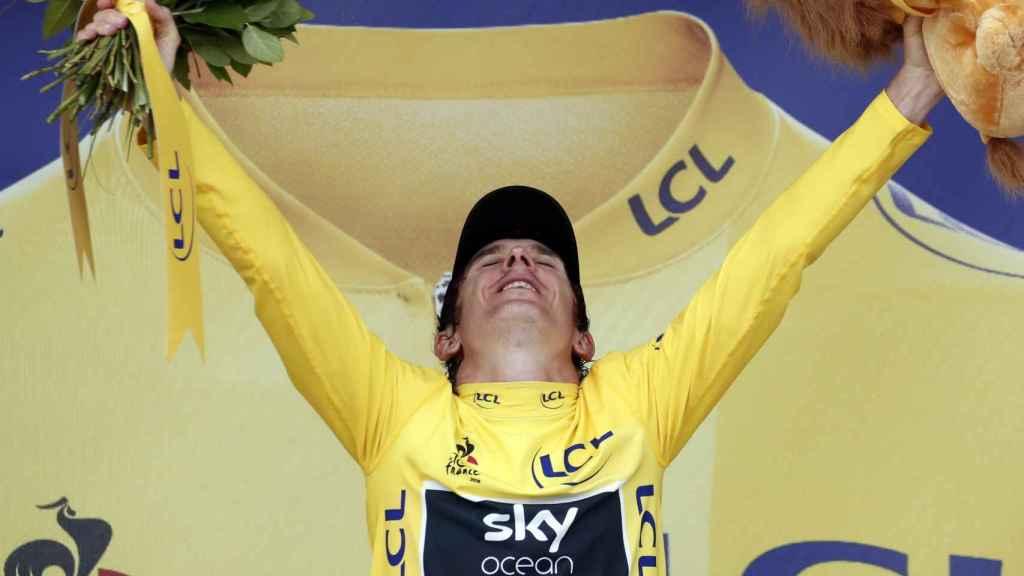 Geraint Thomas celebra el maillot amarillo del Tour de Francia.