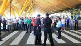 La T4 de Barajas cerrada al tráfico de Taxis por un grupo de taxistas en huelga.