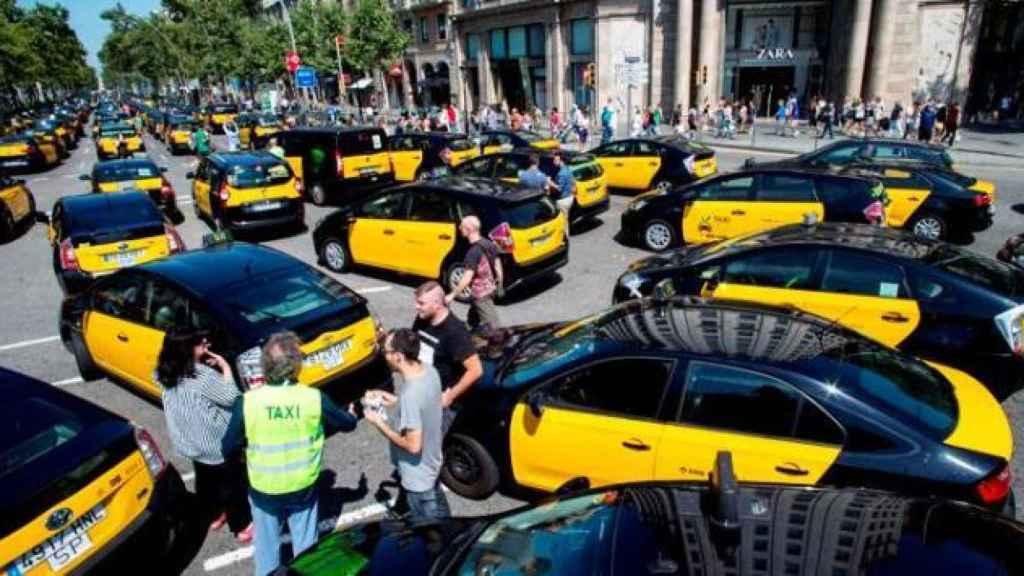 El Taxi de Barcelona monta un 15M para forzar al Gobierno a echar de las calles a Uber y Cabify