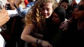 Ahed Tamimi se abraza a su madre tras su liberación, este domingo.