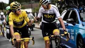 Geraint Thomas brinda con Chris Froome durante la última etapa del Tour de Francia.