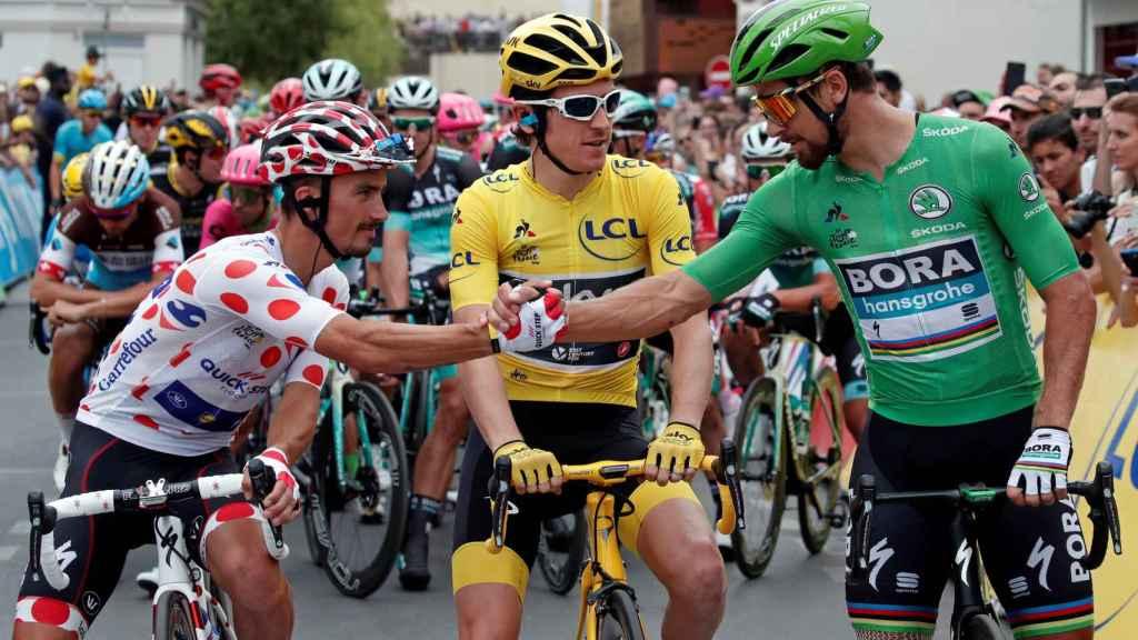 Alaphilippe, Thomas y Sagan se saludan antes de la última etapa del Tour.
