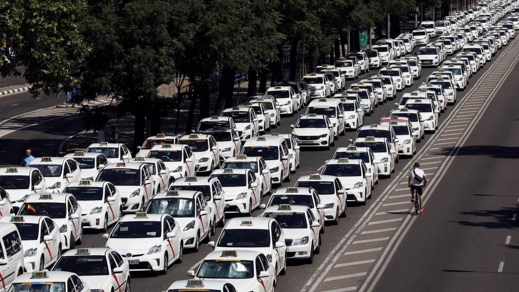 Los taxis colapsan la Castellana en Madrid, una de las principales arterias de la ciudad.
