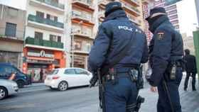 Dos policías nacionales patrullando por la ciudad de Málaga