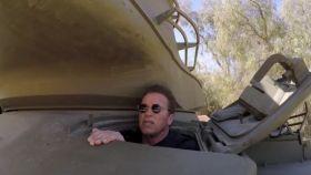 Schwarzenegger aplasta una limusina con un tanque porque él es Terminator