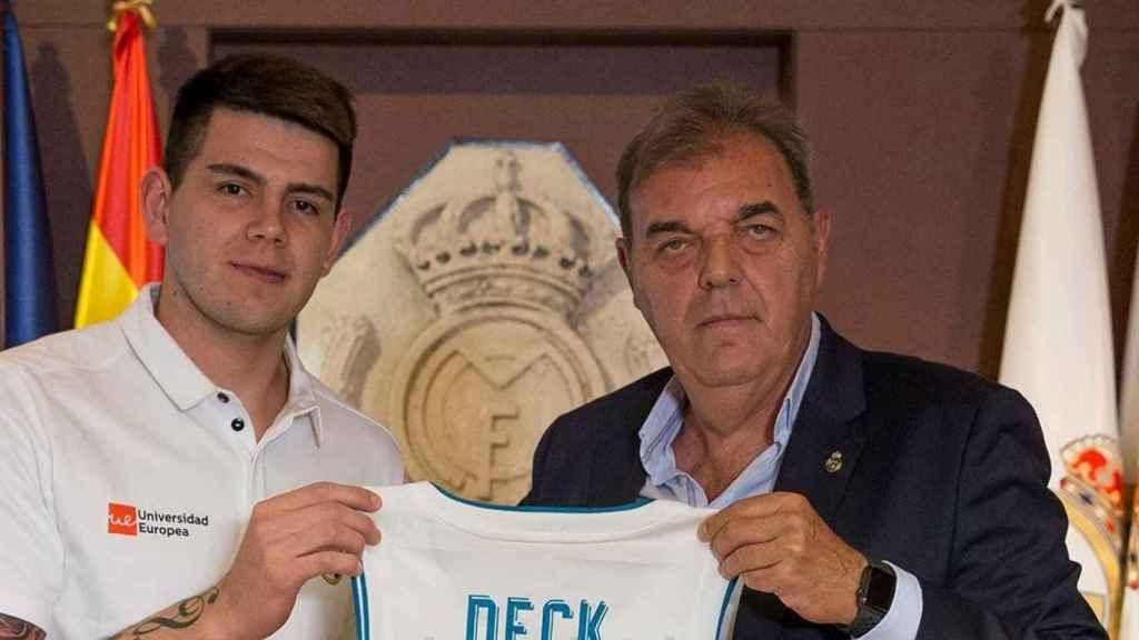 Deck, presentado con el Real Madrid, junto a Juan Carlos Sánchez