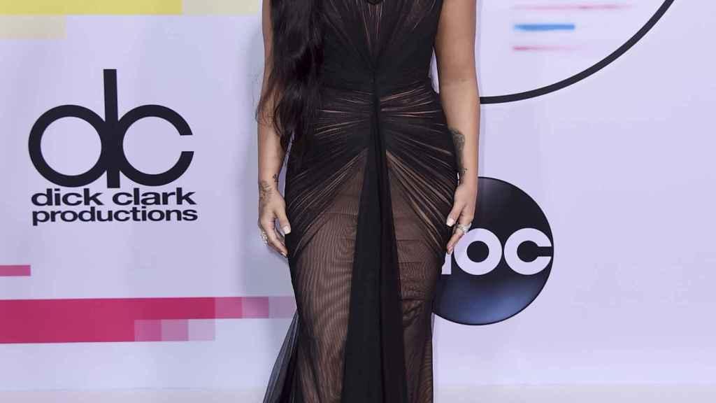 Demi Lovato posando en el photocall de un evento.