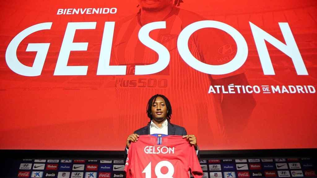 Gelson Martins, posando con su nueva camiseta. Foto: Twitter (@Atleti)