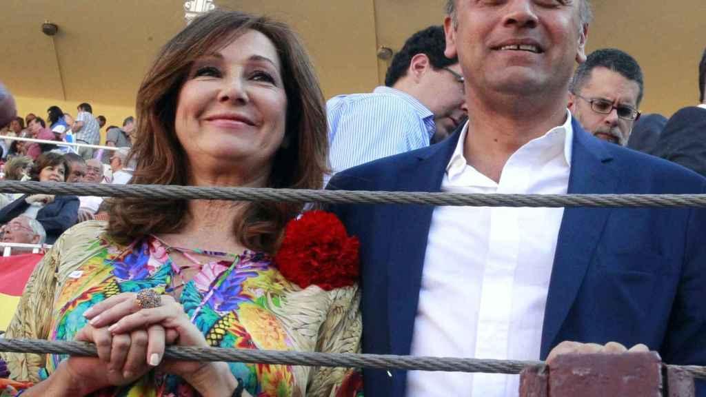 Ana Rosa y Juan Muñoz en una foto de archivode 2012 viendo los toros.